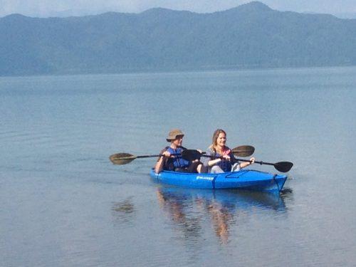 Haciendo kayak en el lago de Tazawako en Akita, región de Tohoku, Japón.