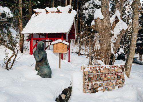 Estatua Tatsuko al santuario de Gozanoishi en Akita, región de Tohoku, Japón.