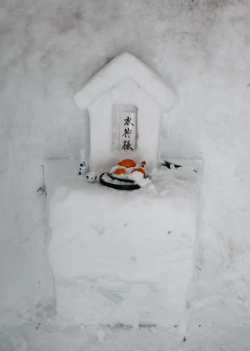Un Pequeño Santuario Hecho con Nieve al Onsen Tsurunoyu. Onsen Nyuto, Akita, Tohoku, Japón.