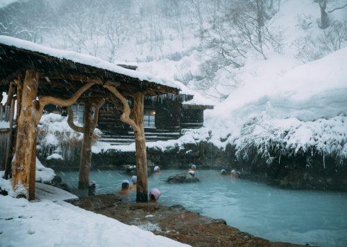 Bañistas Disfrutando del Onsen y la Nieve al Tsurunoyu. Onsen Nyuto, Akita, Tohoku, Japón.