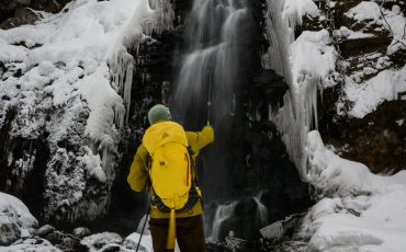 Excursión con las raquetas de nieve hasta la cascada en Tazawako, Semboku, Akita, Tohoku, Japón.