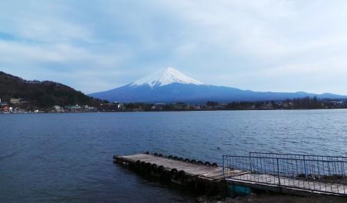 Vue du mont Fuji de l'autre côté du lac Kawaguchi