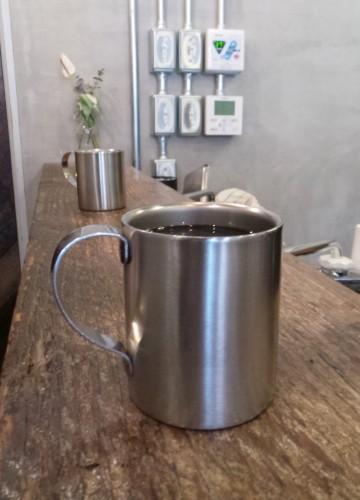 Une tasse en métal pour conserver les arômes du café au good goodies à kamakura