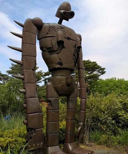 """Robot du """"Château dans le ciel"""" sur le toit du musée Ghibli à Tokyo"""