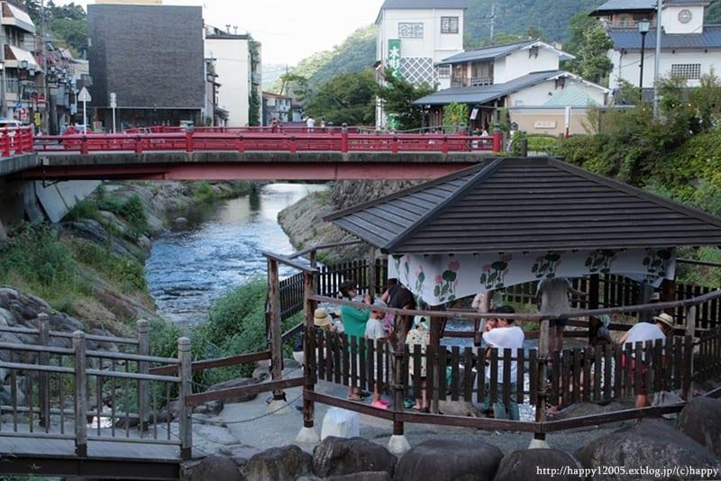 Bain de pieds dans la rivière de la source thermale de Shuzenji