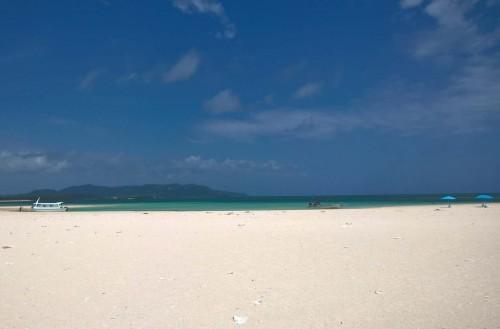 Vue de la plage de Kumejima à Okinawa