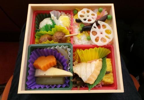 À l'intérieur du bento en bois dégusté au théâtre à Ginza.
