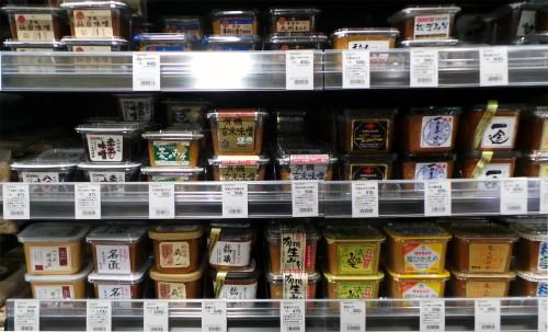 Le rayon dashi d'un supermarché pour préparer une soupe miso maison.