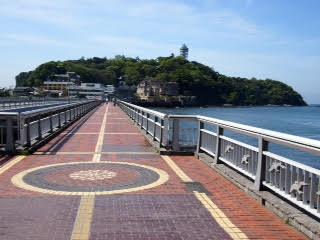 Le pont menant aux temples de l'île d'Enoshima.