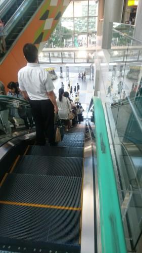 Étiquette japonaise : escalator dans le métro au Japon
