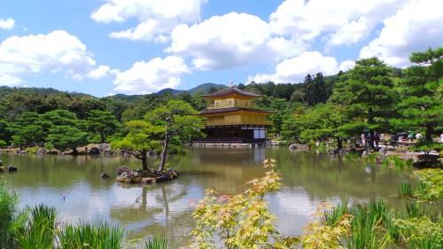 Vue du temple Kinkaku ji ou pavillon d'or à Kyoto