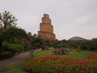 La tour en spirale symbole du Tropical Dream Center d'Okinawa