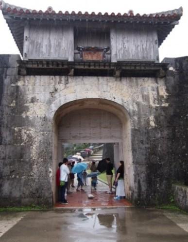 Porte médiévale au château Shurijo de Naha à Okinawa