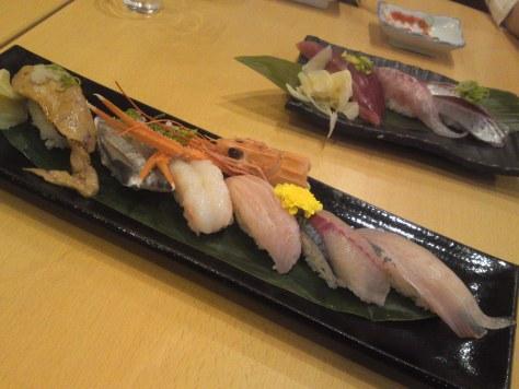 Suivez le jouren : plateau de sushis dans un restaurant au Japon.