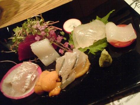 Suivez le jouren : sashimis de poisson dans un restaurant au Japon.