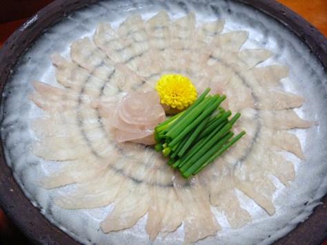 Suivez le jouren : carpaccio de poisson finement présenté dans un restaurant japonais.
