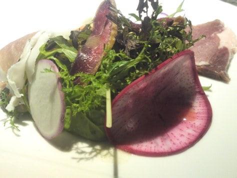Suivez le jouren : salade joliment présentée dans un restaurant au Japon.