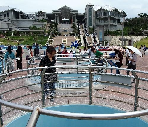 Bassins extérieurs de l'aquarium Churaumi situé à Okinawa, sur l'île de Naha.