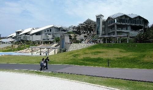 Façade de l'aquarium Churaumi situé à Okinawa, sur l'île de Naha.