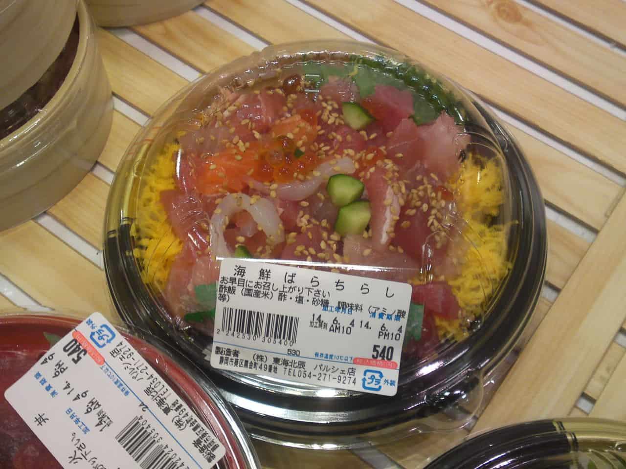 Kaisen bara chirashi : bol de sushi d'un mélange de produits de la mer.