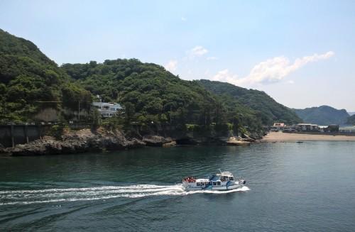 Bateau dans la baie de Dôgashima sur la péninsule Izu.
