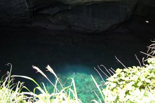 Eaux turquoises de la grotte de Dôgashima vues du dessus.