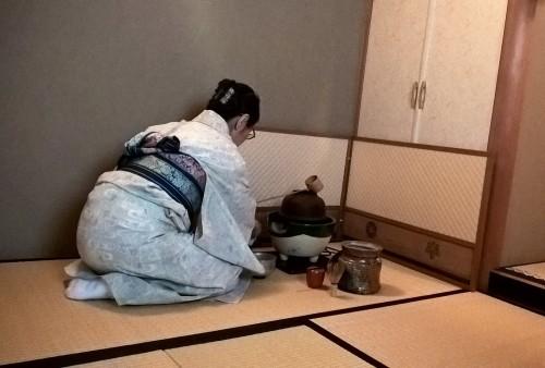 Japonaise en pleine cérémonie du thé.