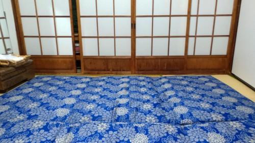 Jolis futons dans la chambre de mon ryokan dans le quartier de Kannawa à Beppu sur l'île de Kysuhu