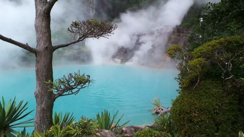 Bassin très fumant d'eau bleu turquoise de l'Umi Jigoku à Beppu sur l'île de Kyushu