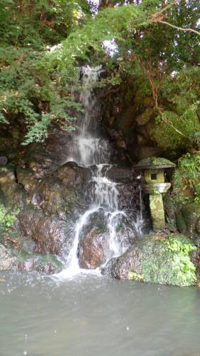 Petite cascade au Chinoike Jigoku à Beppu sur l'île de Kyushu