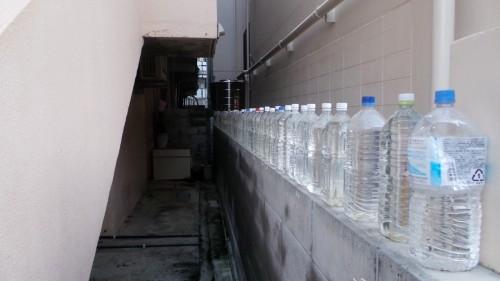Bouteilles d'eau sur l'île d'Ainoshima
