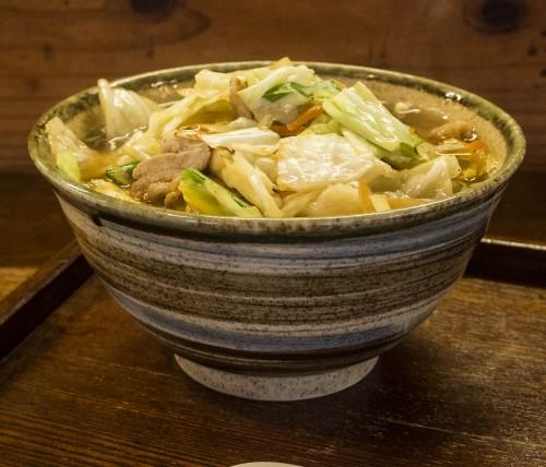Okinawa soba aux légumes dégustés sur l'île Tokashiki