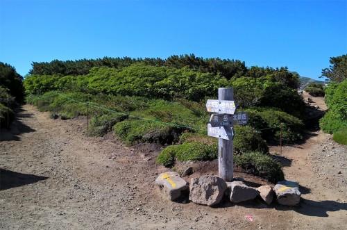 Panneaux sur le chemin de rando de la montagne Asahidake, parc Daizetsuzan, Hokkaido, Japon.