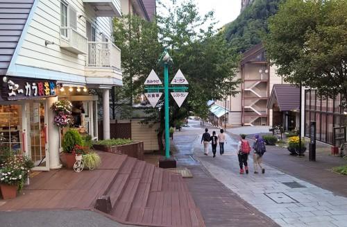 Rue commerçante du village onsen de Sounkyo, Hokkaido, Japon.