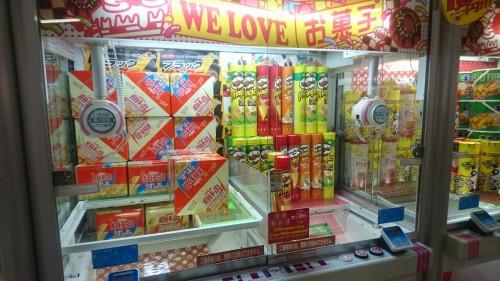 Présentation d'une salle d'arcade au Japon : les UFO catchers.