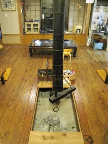 """Foyer """"irori"""" dans le salon d'un minshuku de Yamakoshi, Niigata, Japon."""