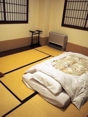 Une chambre japonaise à l'auberge Ishidaya Ryokan, Murakami, Japon.