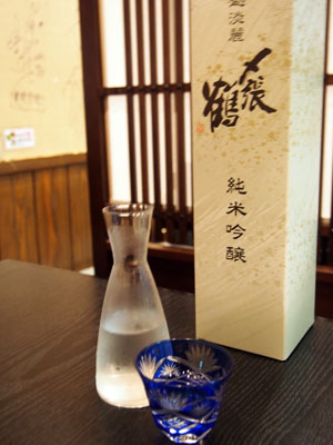 Dégustation de saké dans un restaurant de Murakami, Japon.