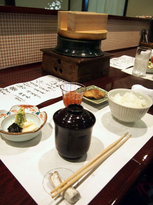 Service traditionnel dans un restaurant de saumon à Murakami, préfecture de Niigata, Japon.