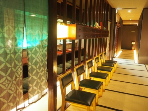 L'espace petit-déjeuner, dîner et bar de l'auberge Ishidaya Ryokan, Murakami, Japon.
