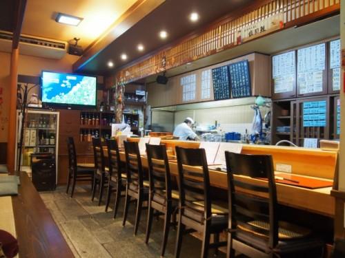 Le comptoir du restaurant Kappo Chidori, Murakami, Japon.