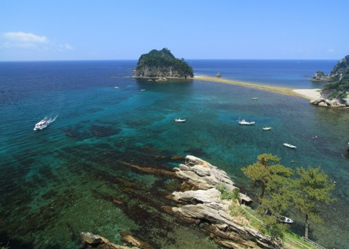 Beyond the Dogashima cave, the bay is also beautiful, with its transparent water.