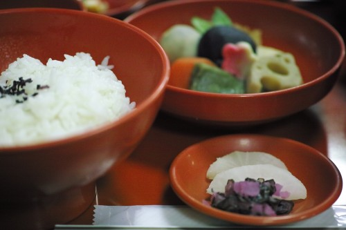 Rice, vegetables and pickles.