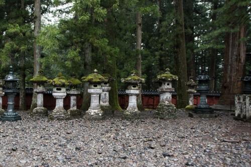 les lanternes de mousse au sanctuaire Toshogu à Nikko