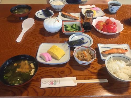 Le petit déjeuner traditionnel japonais au minshuku Wakashisou