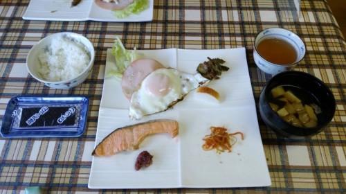 Le petit déjeuner traditionnel japonais au minshuku
