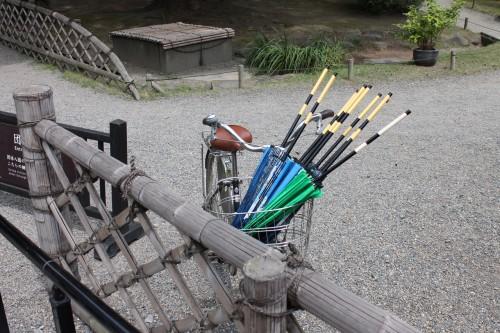 Parapluies transportées entre les entrées / sortie pour l'été au Japon