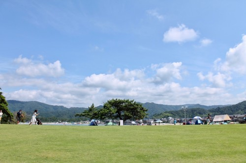 La plage Shirayama avec ses aires de camping et de barbecue