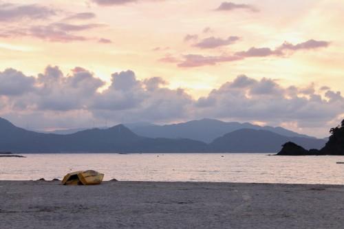 Des bâteaux au coucher de soleil sur la plage Wakasa Wada à Wakasa Takahama