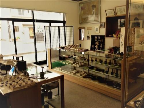 L'intérieur de la boutique de laque Kosugi Shikki à Murakami, artisanat local de qualité
